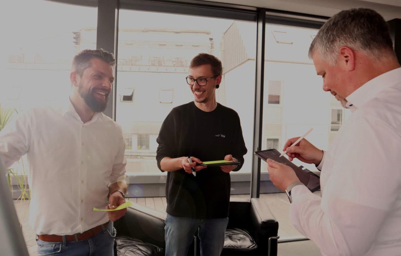 Die time2market Kollegen Christian, Martin und Felix erarbeiten Konzepte für Trainings. In unserem Büro, mitten in Hannover, können wir zu jeder Zeit Trainings und Workshops abhalten – ob intern oder mit Dir.